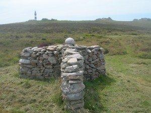 Le gwasked (Abri à moutons) En arrière plan le phare du Creac'h